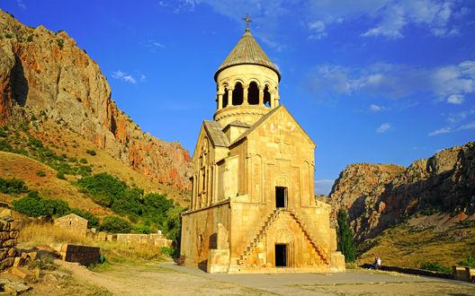 Обои Старинная церковь Novarank в горах под ярким синим небом, Армения