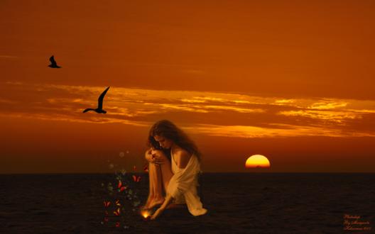 Обои Девушка, склонив голову сидит на стуле в воде, опустив руку в воду к прекрасному сияющему цветку, на фоне морского пейзажа и порхающих бабочек и птиц в небе на закате дня, фотошоп от Margarita Kobzareva