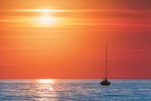 Обои Кораблик с людьми на воде на рассвете, by videophotoart com