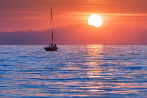 Обои Кораблик с людьми на воде на закате, by videophotoart com
