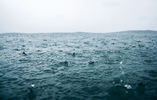 Обои Капли дождя падают в море