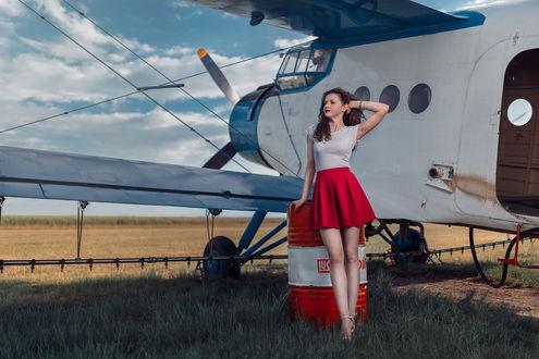 Обои Девушка Madalina стоит у самолета, фотограф Andrea Carretta