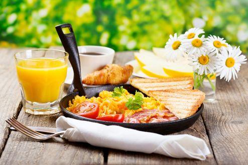 Обои Сковорода с завтраком, соком, кофе и ромашками