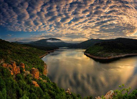 Обои Красивый пейзаж восхода на водохранилище Kardzhali Reservoir в Болгарии, фотограф Svilen Simeonov