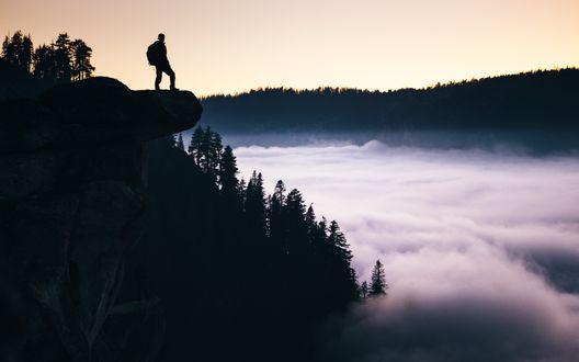 Обои Силуэт мужчины, который стоит на скальном выступе, под ним ледник над которым клубится туман, долина Йосемити, США / Yosemite Valley, USA
