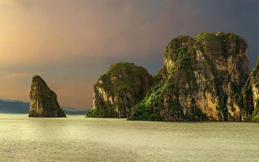 Обои Панорама Halong Bay, Vietnam / Халонг, Вьетнам, бухта находится в Тонкинском заливе Южно-китайского моря, фотограф Julvar