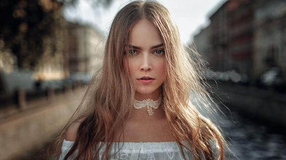 Обои Модель Маша стоит на фоне города, фотограф Георгий Чернядьев