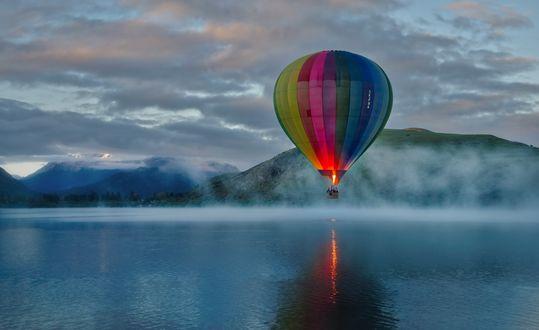 Обои Воздушный шар над рекой