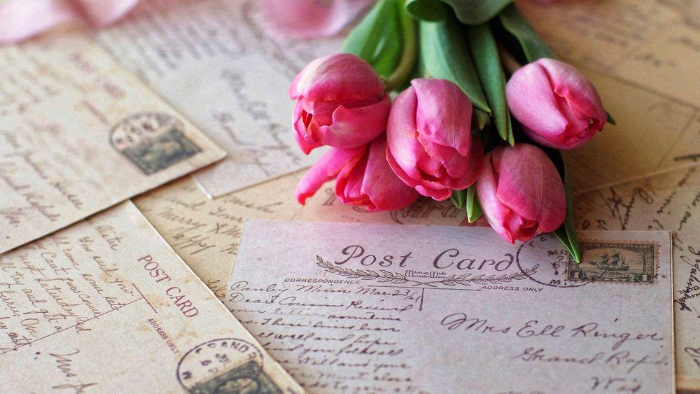 Обои для рабочего стола Розовые тюльпаны лежат на старых письмах