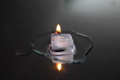 Обои Догорающая свеча на отражающей серой поверхности