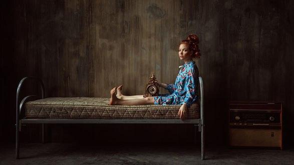 Обои Модель Оксана Бутовская с часами сидит на кровати, фотограф Георгий Чернядьев