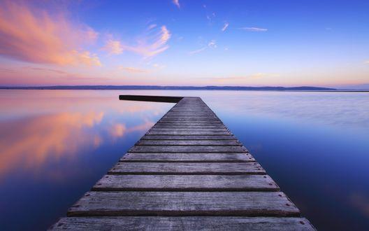 Обои Помост на спокойном озере, отражение неба в воде