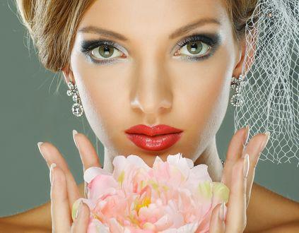 Обои Лицо красивой зеленоглазой девушки с вуалью в волосах, с цветком пиона в руках