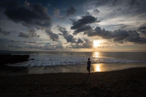 Обои Девушка стоит на побережье