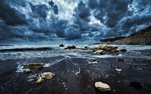 Обои Плотные высокие облака над морем