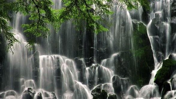Обои Каскадный водопад на мшистых скалах