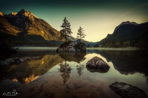 Обои Легкий утренний туман на озере, с отражением гор и деревьев в прозрачной воде, фотограф Martin Podt
