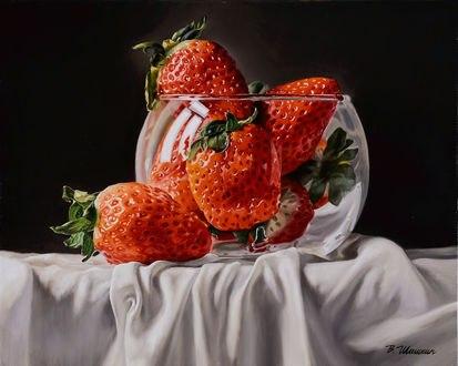 Обои Клубника на белой скатерти, by Valery Shishkin