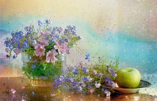 Обои Зеленое яблоко с незабудками на блюдце и цветы в вазе стоят на столе, фотограф Айснер Юлия