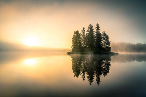Обои Небольшой островок с деревьями на озере