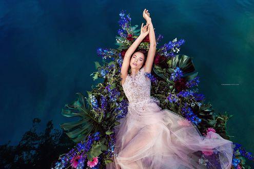 Обои Девушка-невеста на фоне цветов, фотограф Vilmantas Zilinskas