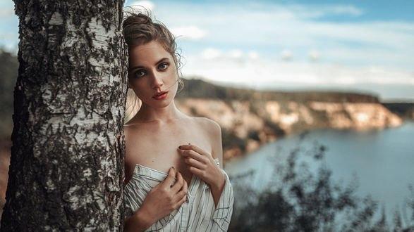 Обои Модель Ксения стоит у дерева, фотограф Георгий Чернядьев