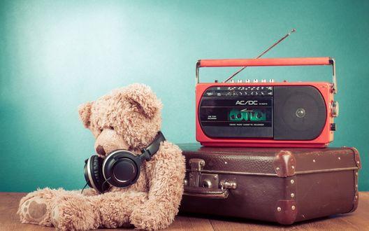 Обои Плюшевый медвежонок с наушниками возле старого чемодана и магнитофона