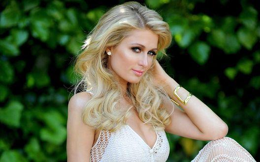 Обои Американская актриса, певица, фотомодель и дизайнер Пэрис Хилтон / Paris Hilton в белом вязаном платье