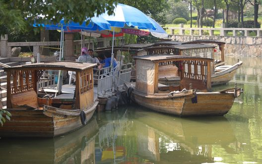 Обои Китайские лодки возле причала на реке