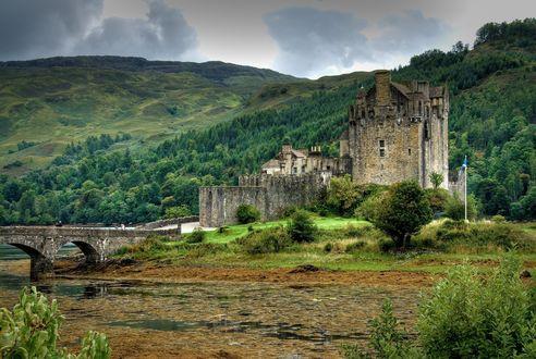 Обои Шотландский замок на берегу озера на фоне зеленых холмов