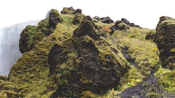 Обои Каменистая вершина горы, поросшая мхом