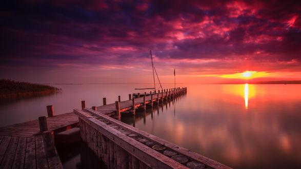 Обои Помост на озере на закате солнца