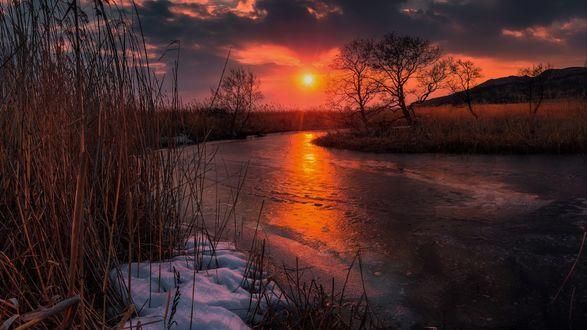 Обои Красный закат над покрытой льдом рекой, Приморский край, фотограф Кровлин Андрей