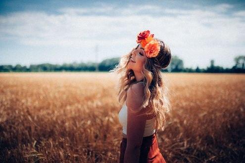 Обои Девушка с венком на голове стоит на фоне поля, фотограф Tony Andreas Rudolph