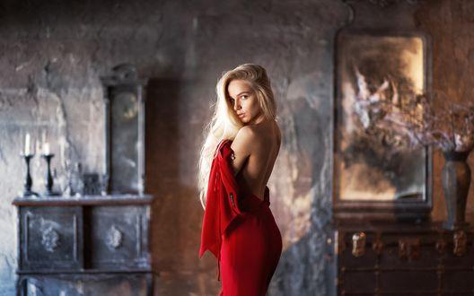 Обои Модель Мария Попова позирует в комнате с ретро интерьером, фотограф Maxim Maximov / Максим Максимов
