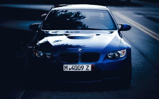 Обои BMW на дороге в полумраке