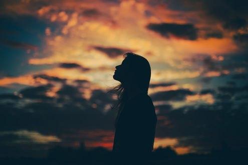 Девушка стоит на фоне облачного неба, фотограф Marina Monaco