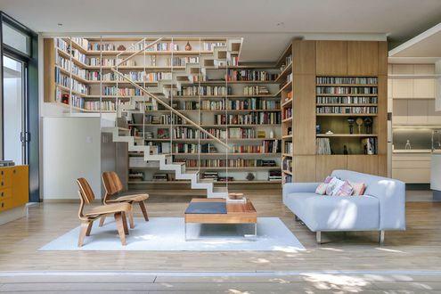 Обои Дизайн гостиной с двухэтажной библиотекой
