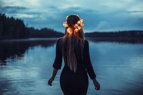 Обои Девушка в светящемся венке стоит у воды, by rainris