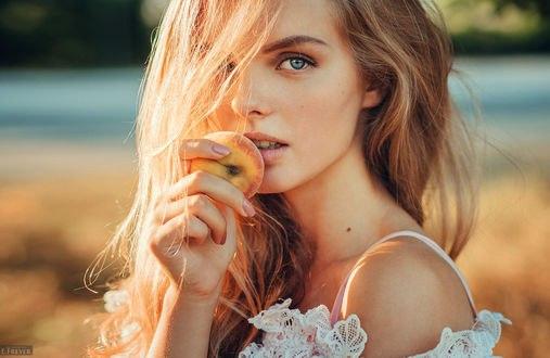 Обои Модель Таня с персиком в руке, фотограф Evgeny Freyer