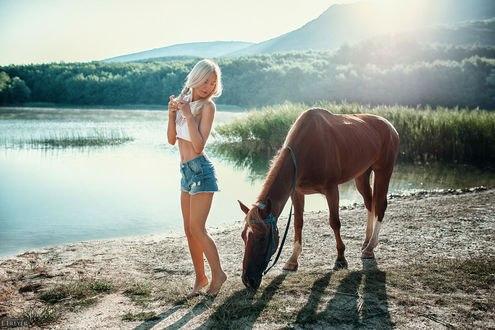 Обои Девушка Эвелина стоит рядом с лошадью у реки, фотограф Evgeny Freyer