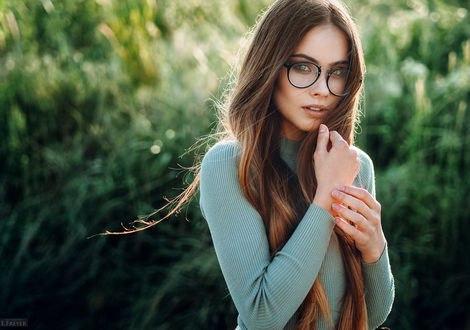 Обои Красивая модель Катя в очках стоит на фоне природы, фотограф Evgeny Freyer