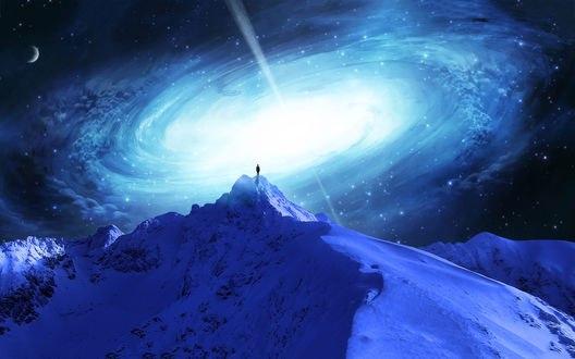 Обои Человек на вершине горы смотрит в космос