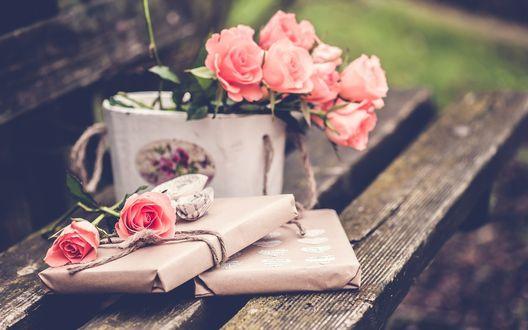 Обои Подарок и букет розовых роз на скамейке