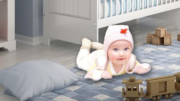 Обои Малыш, лежащий на полу в детской комнате