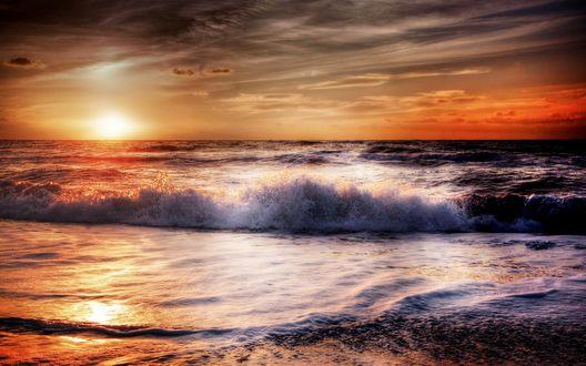 Обои Океанская волна с пенистым гребнем на фоне закатного неба
