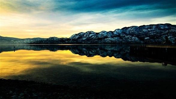 Обои Спокойное горное озеро с деревянным причалом