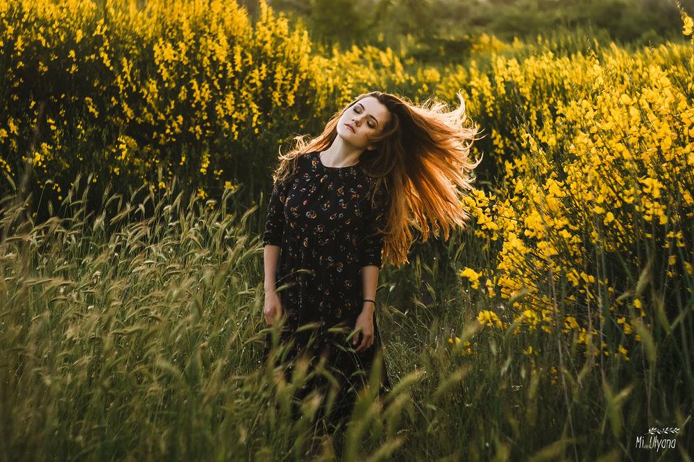 Обои для рабочего стола Девушка Маша в цветущем поле, фотограф Ульяна Мизинова