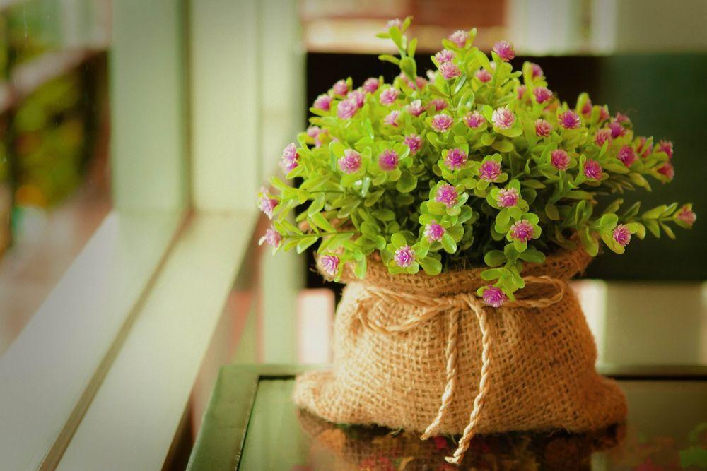 Обои для рабочего стола Букет маленьких розовых цветов в мешковине