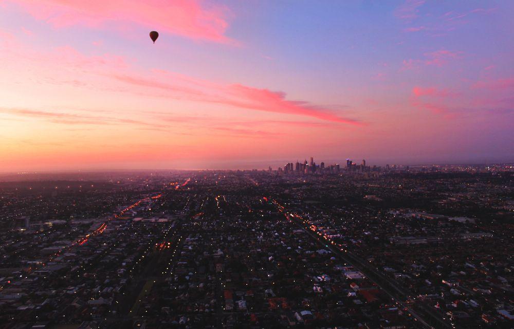 Обои для рабочего стола Воздушный шар в вечернем небе над городом